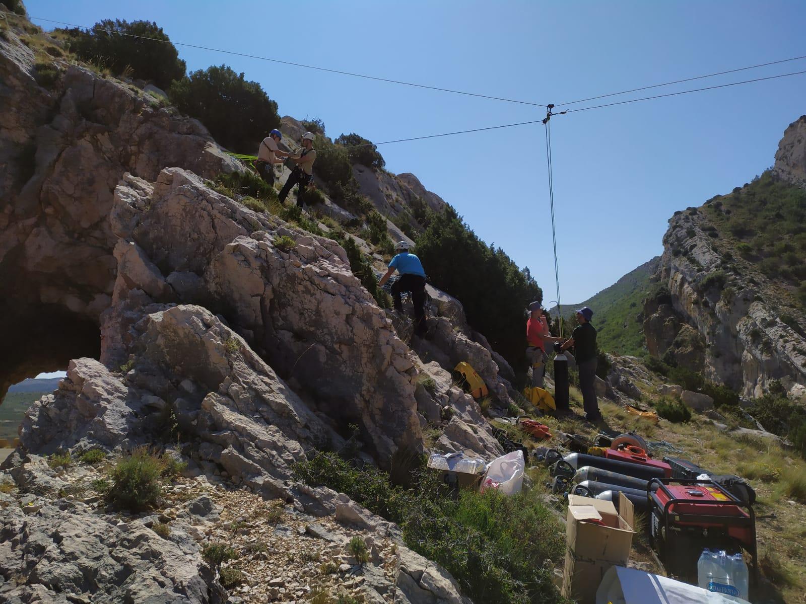 Colaboración en la extracción del trailer caído en el barranco Aguas Vivas, en Segura de Baños